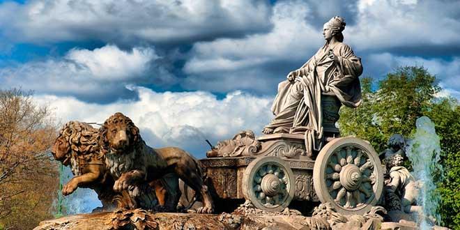 Famosa estatua de la diosa Cibeles en la plaza de Madrid del mismo nombre.