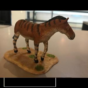 Hipparion sp, reproducción artesanal pintada a mano del pequeño caballo primitivo