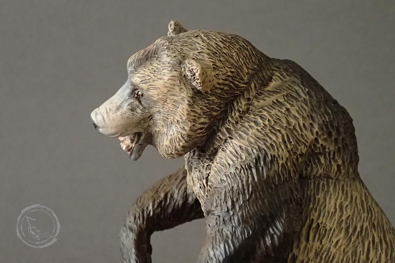 Oso cavernario (Ursus spelaeus), reproducción artesanal pintada a mano del gigantesco oso prehistórico