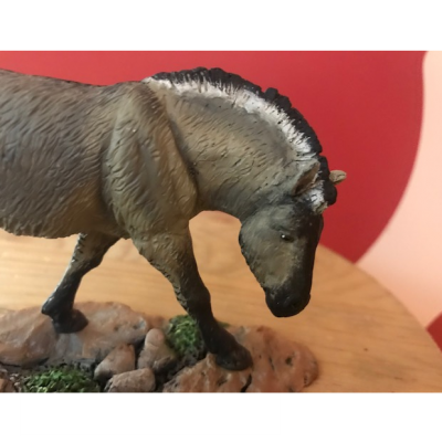 Tarpán (Equus Ferus Ferus), reproducción artesanal pintada a mano del antepasado salvaje del caballo.