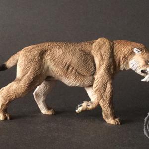 Smilodon populator, reproducción artesanal pintada a mano del mayor dientes de sable