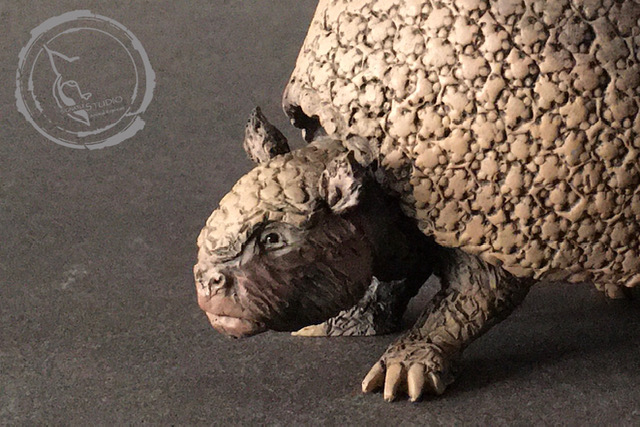 Gliptodonte (Glyptodon sp.), reproducción artesanal pintada a mano del armadillo gigante del Pleistoceno. Detalle I