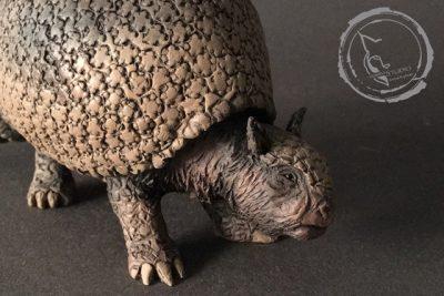 Gliptodonte (Glyptodon sp.), reproducción artesanal pintada a mano del armadillo gigante del Pleistoceno. Detalle II