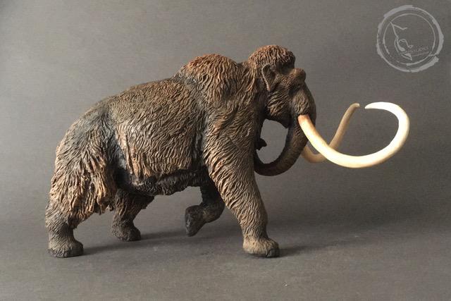 Mamut lanudo (Mammuthus primigenius). Reproducción artesanal pintada a mano del gigante de la edad de hielo