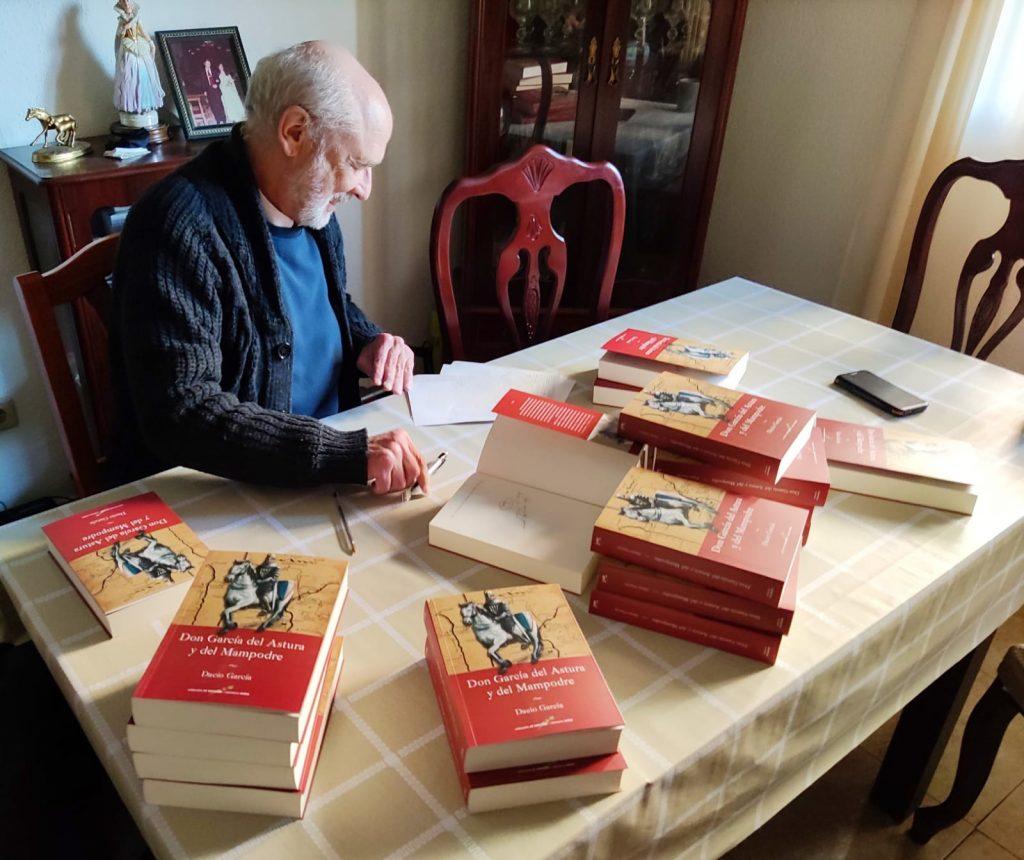 Avelino Dacio firmando libros, autor de DON GARCÍA DEL ASTURA Y DEL MAMPODRE