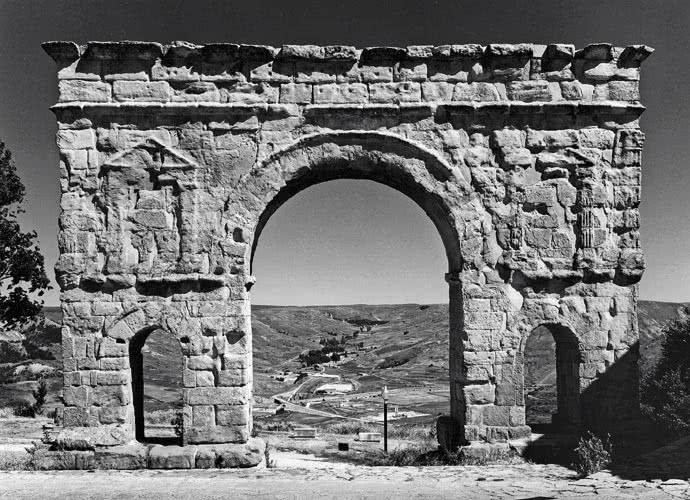 Blick-Mira! El archivo fotográfico del Instituto Arqueológico Alemán de Madrid. Arco de Medinacelli, Soria. Foto Gisela Fittschen Badura 1984