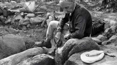 Blick-Mira! El archivo fotográfico del Instituto Arqueológico Alemán de Madrid. Vera Leisner durante la excavación de una tumba megalítica en Portugal. Foto Juan Jiménez Salmerón1969.